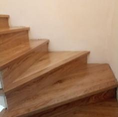 """Rivestimento di una scala esistente con parquet """"Old floor"""" rovere grezzo, verniciato sul posto, plancia 5 nobile controbilanciato in essenza."""
