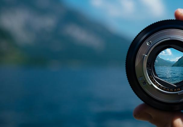 Kameraobjektiv mit Fokus auf einen Berg.