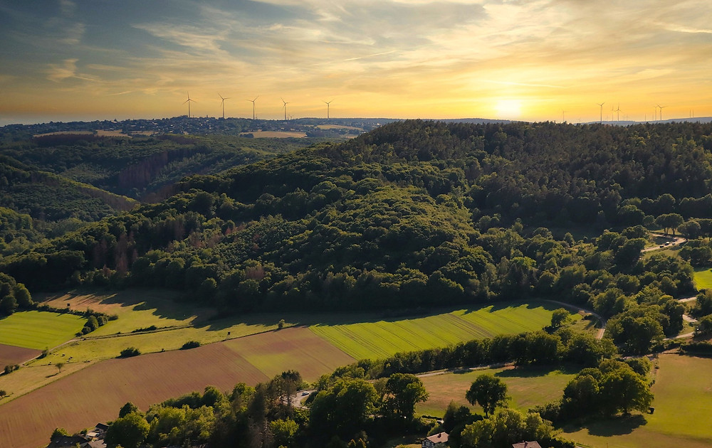 Hügellandschaft bei Sonnenuntergang
