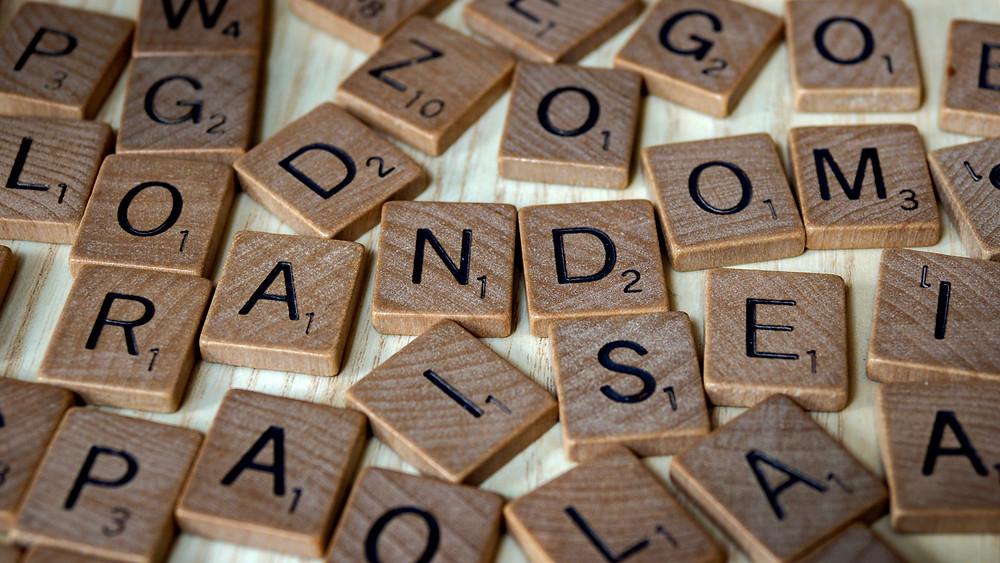 Chaotische Anordnung von Scrabble-Steinen.