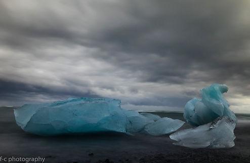 photographie d'iceberg sur une plage de sable noir en islande