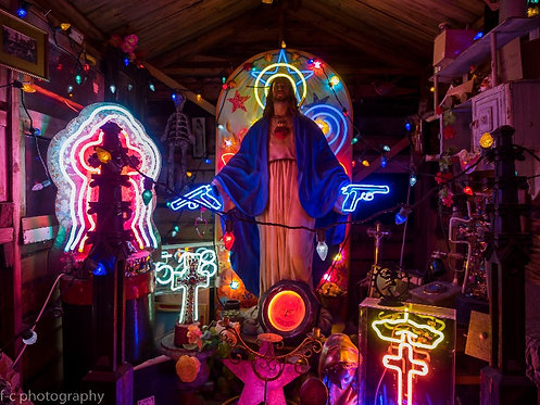 vente de photographie dart en édition limitée de de jesus avec des pistolets et néons