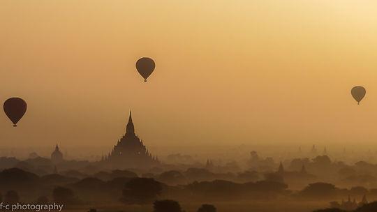 jolie photo de temple et montgolfières le matin à Bagan en birmanie