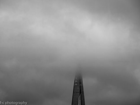 photographie de londres the shard sous le brouillard