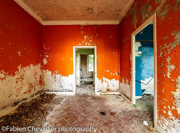 photo d'une maison abandonnée avec murs orange