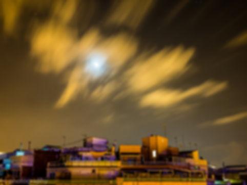 photographie de barcelone la nuit de batiments