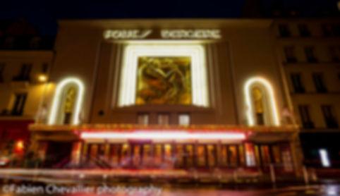 photo de nuit des folis bergères à paris