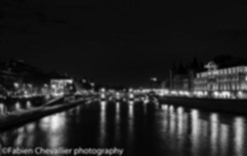 photographie de nuit du pont neuf à Paris