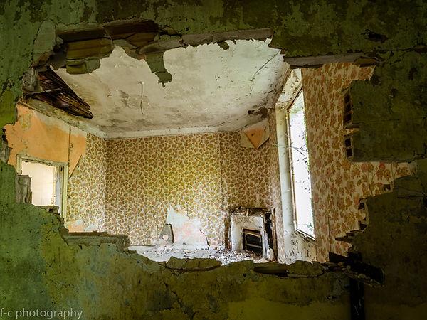 photo maison abandonnée avec mur cassée urbex