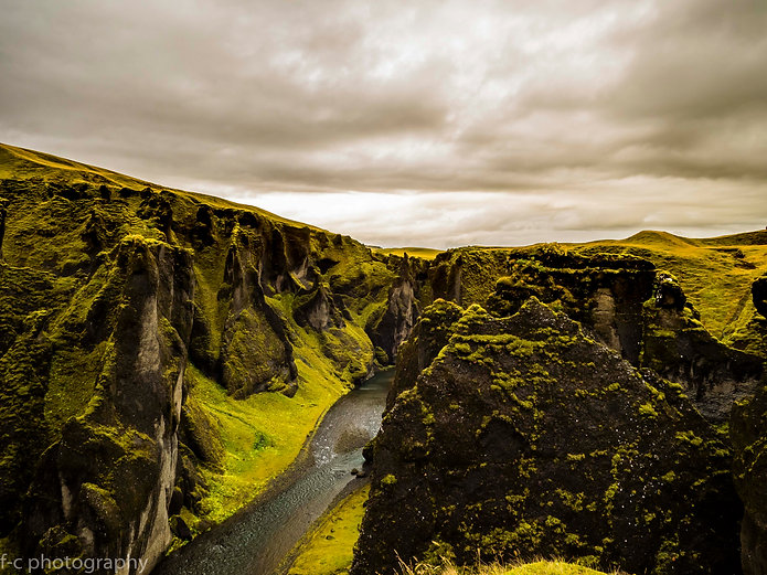 photo de cascade et canyon et islande