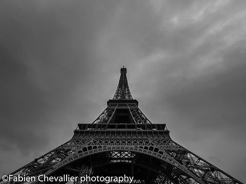 photographie noir et blanc dela Tour eiffel à Paris france