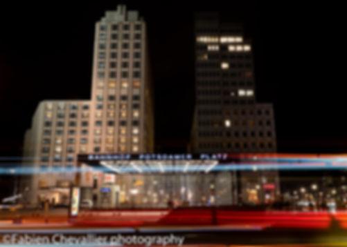 photo de la place potsdamer à Berlin la nuit