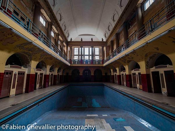 photographie d'une piscine abandonée bleu et rouge
