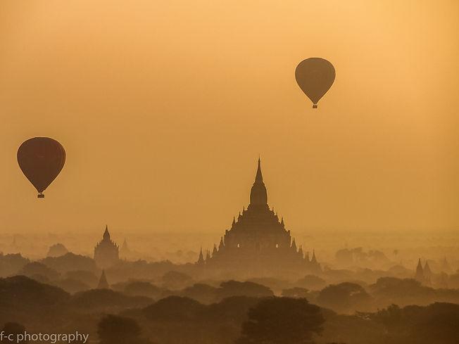 photo de montgolfières et de temple à bagan en Birmanie