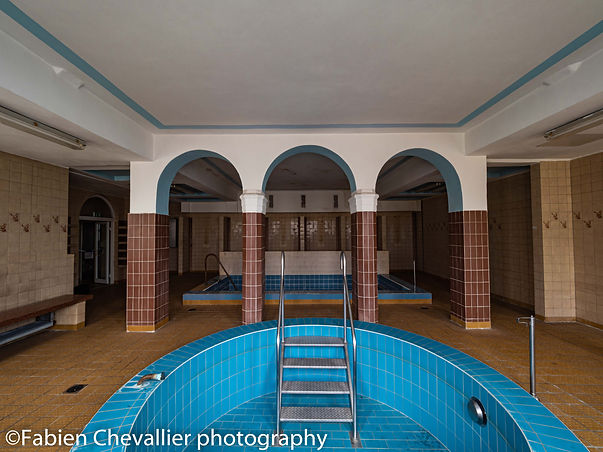 photographie de piscines et saune  abandonnées