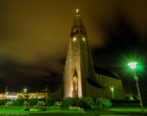 photographie de l'église de reykyavik la nuit