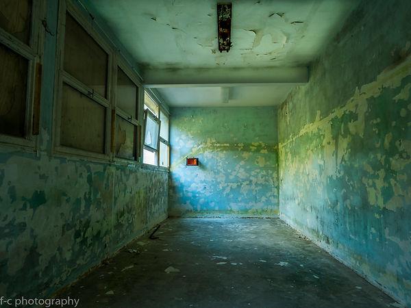photo urbex abandonnée avec un coffre fort