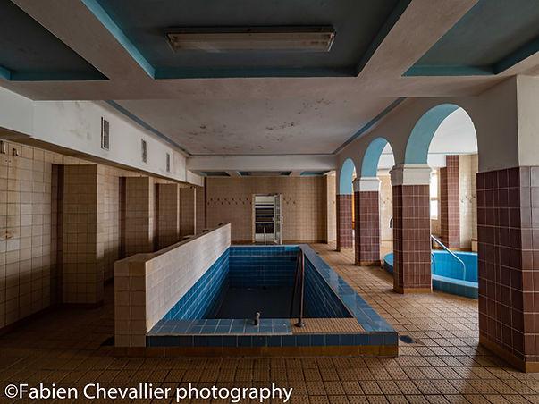 photographie de bains thermaux et pisc urbexine abandonnés