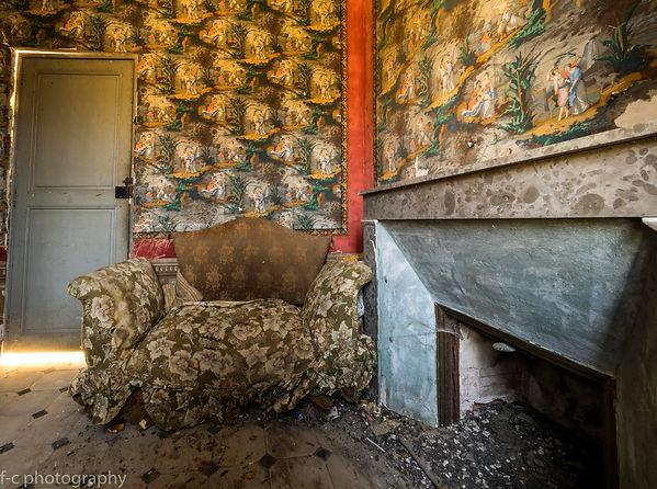 photo d'une maison abandonnée avec une tapisserie decay