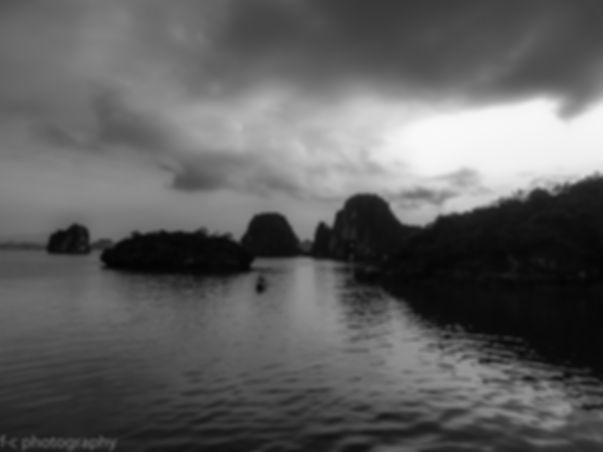 photo noir et blanc de la baie d'halong au Viet nam