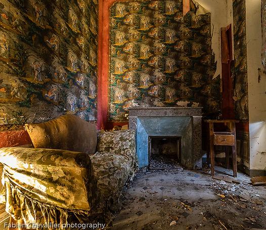 jolie photo maison abandonée avec une cheminée et tapisserie