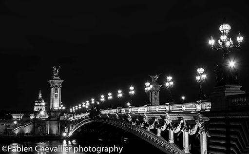 photographie noir et blanc du pont Alexandre 3 et des invalides la nuit