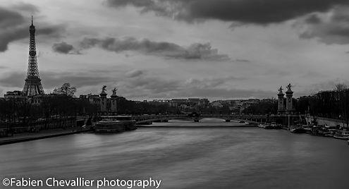 photo noir et blanc de la tour Eiffel et du pont Aleandre 3 à Paris