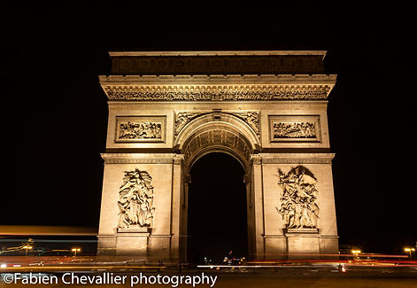 photo de l'arc de triomphe à Paris la nuit