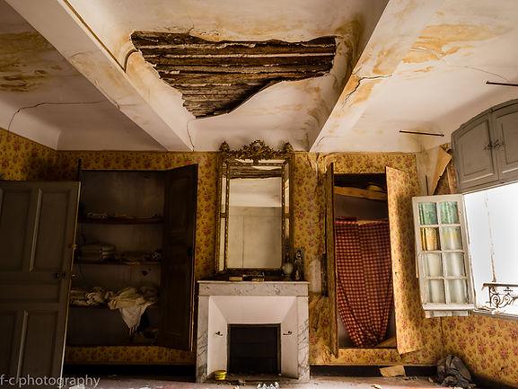 photo maison abandonnée urbex avec une cheminée