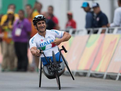Alex Zanardi è gravissimo, con la handbike finisce sotto un camion