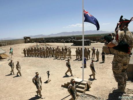 La bandiera d'Australia sporca del sangue innocente afghano