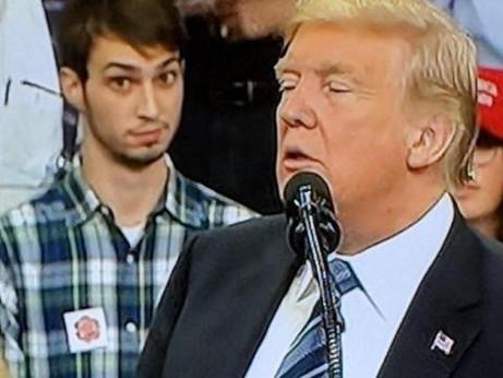 Trump cala nei sondaggi e prova la via dei comizi