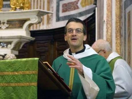 Don Giulio: non posso benedire le coppie gay? Allora nemmeno le palme