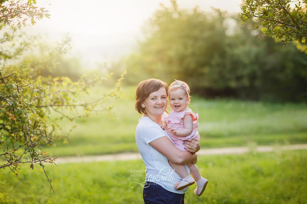 Fetiță în brațele mamei! Ședință foto în natură la apus.