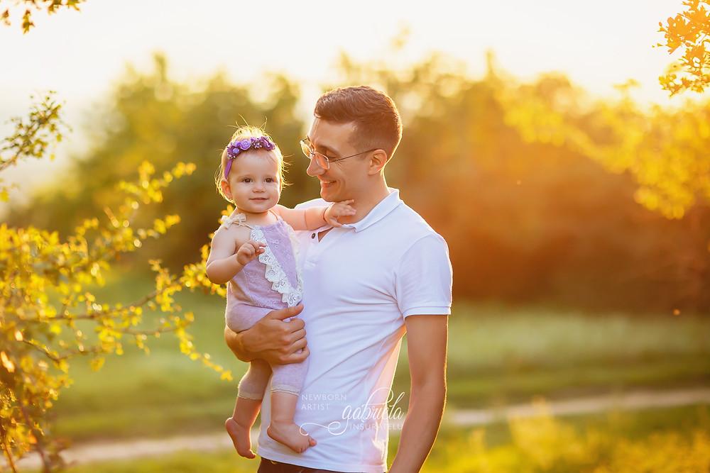 Fetița în brațele tatăului său. Ședință foto în natură în Iași.