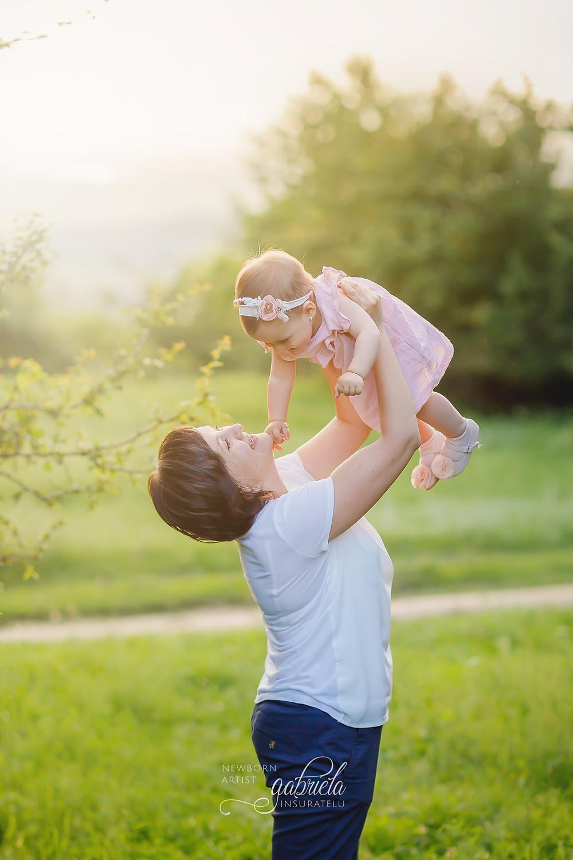 Fetiță în brațele mamei. Ședință foto în natură în Iași.