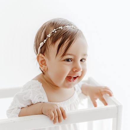Fetiță fotografiată pe alb