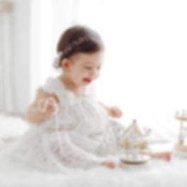 Bebeluș fotografiat e alb. Fotografie în decor alb.