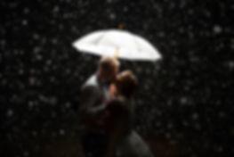 bride and groom kissin in the rain, umbrella, rainig, flash,