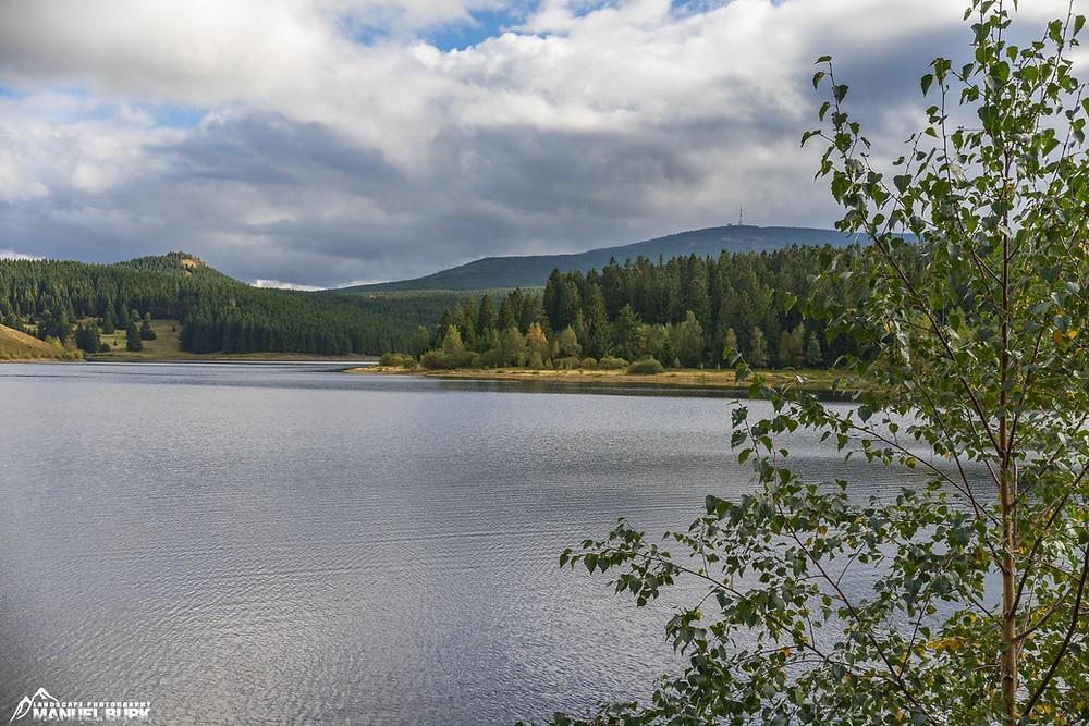 Die Eckertalsperre im Harz mit Blick auf den Brocken