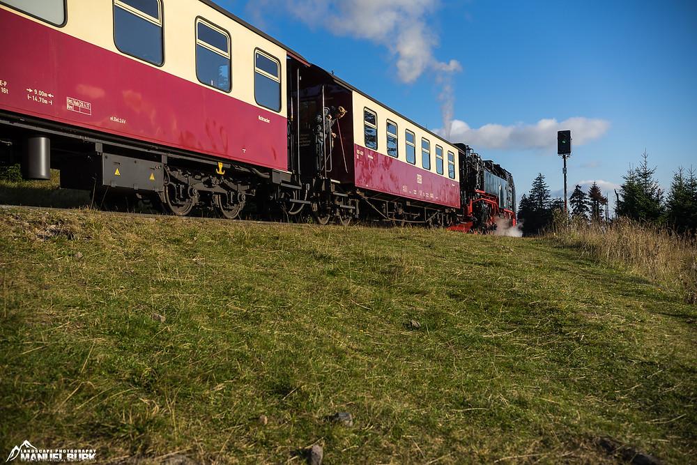 Die Harzer Schmalspurbahn an der Kreuzung Goethebahnhof