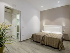 elegante camera doppia con bagno e aria condizionata