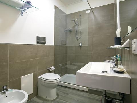 moderno bagno con docia rettangolare