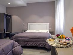 moderna camera tripla con vassoio benvenuti, hotel bruman salerno