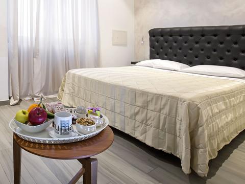 moderna camera matrimoniale hotel con vassoio benvenuto