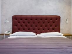moderno letto matrimoniale con bajour e telefono