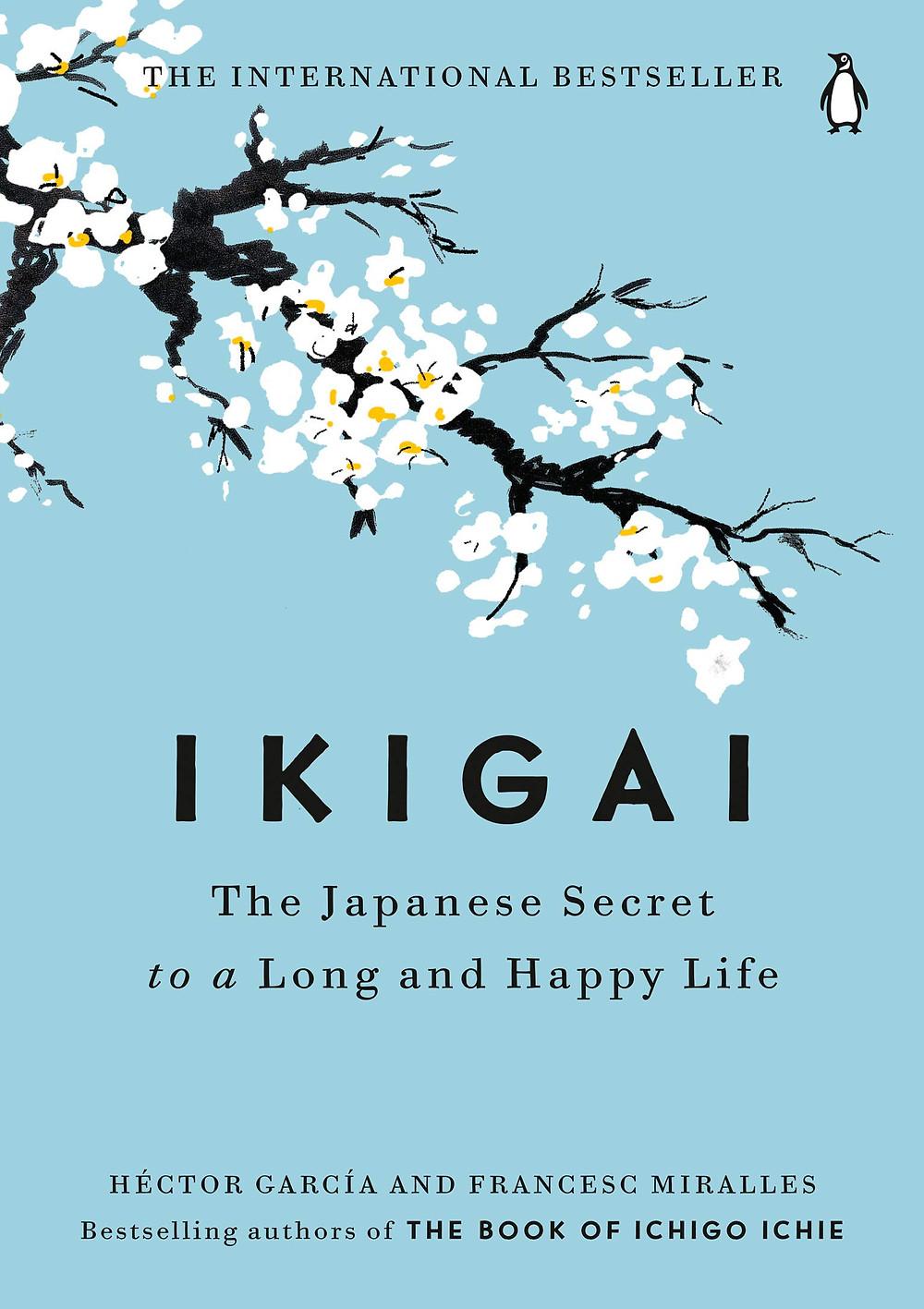 Capa do livro Ikigai, fundo azul e um galho de árovre cerejeira com flores brancas.