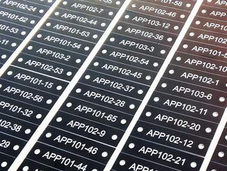 Aluminijaste ploščice, Gravirane aluminijaste ploščice, Označevalne ploščice iz aluminija