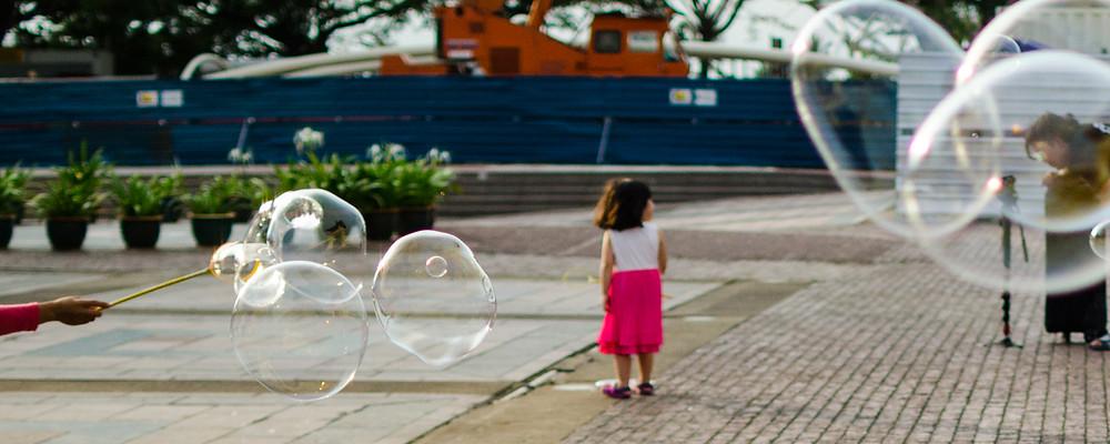 Petite fille qui joue avec des bulles