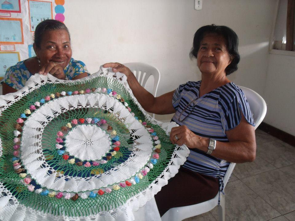 mulheres monstram uma peça de artesanato